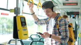 Il turista sul treno utilizza un telefono cellulare per chiamare o inviare un messaggio o per osservare una mappa o un'applicazio stock footage