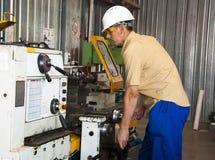 Il meccanico lavora al tornio alla fabbrica Fotografia Stock