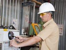 Il meccanico lavora al tornio alla fabbrica Immagine Stock Libera da Diritti