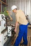 Il meccanico lavora al tornio alla fabbrica Fotografie Stock