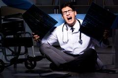Il turno di notte di lavoro di medico in ospedale dopo le lunghe ore Immagini Stock