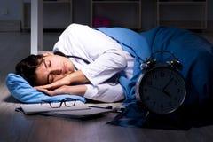 Il turno di notte di lavoro di medico in ospedale dopo le lunghe ore Immagine Stock Libera da Diritti