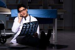Il turno di notte di lavoro di medico in ospedale dopo le lunghe ore Immagini Stock Libere da Diritti