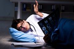 Il turno di notte di lavoro di medico in ospedale dopo le lunghe ore Fotografie Stock Libere da Diritti
