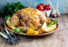 Il tutto ha arrostito il pollo con la patata su una pentola Fotografie Stock Libere da Diritti
