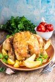 Il tutto ha arrostito il pollo con la patata su una pentola Fotografia Stock Libera da Diritti