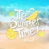 Il typographie d'heure d'été du ` s sur le fond de plage Blurred illustration stock