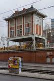 Il U-Bahn di Berlino gialla sulla fermata del sottopassaggio fotografia stock libera da diritti