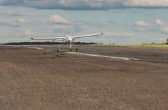 Il UAV aereo senza equipaggio del veicolo parte dalla pista dell'asfalto Fotografia Stock
