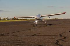 Il UAV aereo senza equipaggio del veicolo parte dalla pista dell'asfalto Fotografie Stock