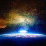Il UFO si avvicina al pianeta fotografia stock libera da diritti