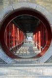 Il a un bâtiment circulaire d'antiquité de la Chine de jardin Photos stock