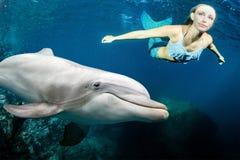 Il underwater del delfino incontra una sirena bionda immagine stock