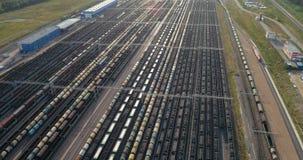 Il vagone riempito di carbone è sui binari ferroviari stock footage