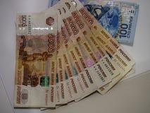 Il valore nominale della banconota di 100 rubli di banconota in 5000 rubli Fotografie Stock