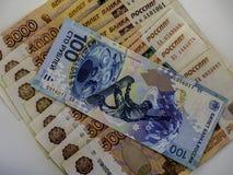 Il valore nominale della banconota di 100 rubli di banconota in 5000 rubli Fotografie Stock Libere da Diritti