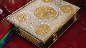 Il vangelo santo è coperto di oro stock footage