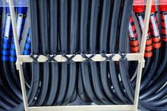 Il vano per cavi con collegamenti elettrici ha sistemato sul soffitto, tra del cavo immagini stock libere da diritti