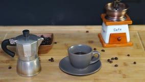Il vapore esce con una tazza di caffè caldo archivi video