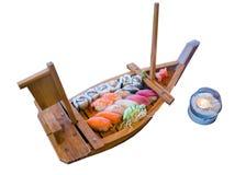 Il vario genere di alimento dei sushi è servito sulla capacità della barca Fotografie Stock