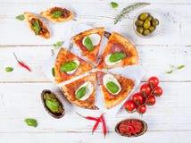 Il vario genere di alimento italiano è servito su legno fotografia stock