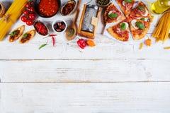 Il vario genere di alimento italiano è servito su legno fotografia stock libera da diritti