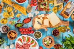Il vario genere di alimento italiano è servito su legno fotografie stock libere da diritti