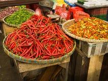 Il vario genere di peperoncini rossi ha venduto nel mercato tradizionale Indonesia contenuta foto di Bogor Fotografie Stock