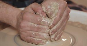 Il vasaio compone le terraglie dalla fine dell'argilla Facendo i prodotti ceramici dall'argilla bianca Ruota torta del ` s del va video d archivio