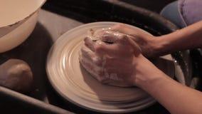 Il vasaio crea il prodotto su una ruota del ` s del vasaio, lavorando con l'argilla, formante una brocca archivi video