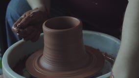 Il vasaio fa una brocca di argilla video d archivio