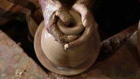 Il vasaio lavora con argilla stock footage