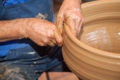 Il vasaio lavora con argilla nello studio della ceramica Immagini Stock Libere da Diritti