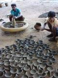 Il vasaio lavora l'argilla Immagini Stock Libere da Diritti