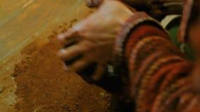 Il vasaio maschio professionista impasta l'argilla nell'officina delle terraglie archivi video