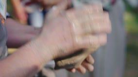 Il vasaio matrice appende un pezzo di argilla per la modellistica dei piatti Alla fiera all'aperto, primo piano archivi video