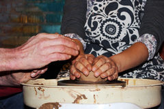 il vasaio matrice con esperienza insegna all'arte di fabbricazione dell'argilla di vasi 'sulla ruota di s Fotografia Stock Libera da Diritti