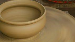 Il vasaio modella il vaso di argilla con le mani archivi video