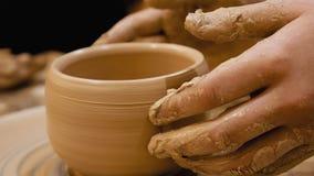 Il vasaio sta facendo il vaso di argilla sulla ruota del ` s del vasaio Fotografia Stock