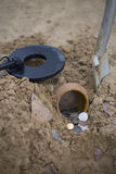 Il vaso delle monete di oro si è raccolto con aiuto del metal detector, fondo dell'erba verde Fotografia Stock Libera da Diritti