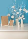 Il vaso nel bianco ha tricottato la copertura con i rami ed il Natale bianchi a Immagini Stock Libere da Diritti