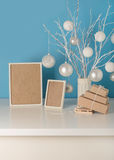 Il vaso nel bianco ha tricottato la copertura con i rami ed il Natale bianchi a Fotografia Stock