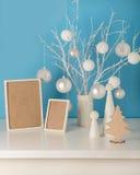 Il vaso nel bianco ha tricottato la copertura con i rami ed il Natale bianchi a Fotografia Stock Libera da Diritti