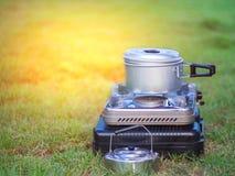 Il vaso sta su una stufa di gas portatile cucinando sul concetto di campeggio fotografia stock libera da diritti
