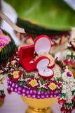 Il vassoio del fiore con impegna le nozze dell'anello Immagine Stock