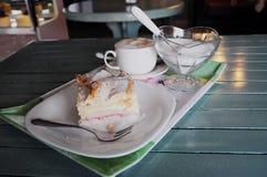 Il vassoio delicato di dolce, di zucchero & di caffè è servito ad una caffetteria/caffè eleganti Immagini Stock Libere da Diritti