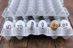 Il vassoio dell'uovo del cartone con le uova del pollo Concetto sociale Antirazzismo Immagine Stock Libera da Diritti