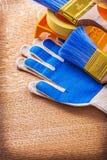 Il vassoio della pittura spazzola il nastro di condotta ed i guanti protettivi Fotografia Stock Libera da Diritti
