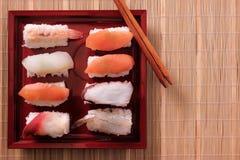 Il vassoio ha ordinato l'alimento giapponese asportabile di vista superiore dei bastoncini dei sushi Fotografia Stock Libera da Diritti