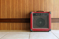 Il vecchio amplificatore della chitarra fotografia stock
